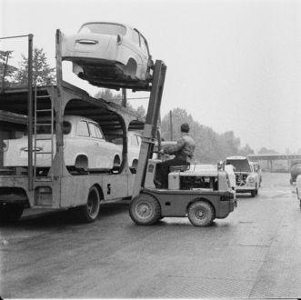 """Zwickau. VEB Sachsenring Automobilwerke Zwickau. Entladen von Karosserien (für Personenkraftwagen """"Trabant"""" 600) vom Autotransporter per Gabelstapler"""
