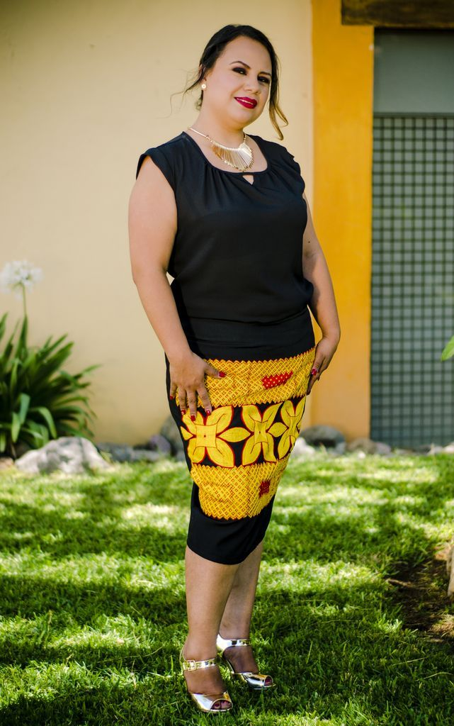 Falda Carla - Tela: Gabardina Tipo de bordado: Cadenilla de máquina artesanal Región en la que se elabora: Istmo de Tehuantepec Diseño: Falda recta con bordado en la parte de en frente