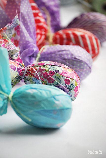Decorar huevos de Pascua by Lucia Baballa    http://charhadas.com/ideas/31451-decorar-los-huevos-de-pascua-con-papeles