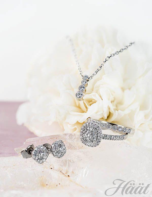 Kotimaisen Sandberg-timanttikorumalliston Suvituuli-sarjan valkokultainen krysanttikoristeinen timanttiriipus 1.099 € (0,24ct H-vs) ja ketju 375 €. Näyttävä Toivomuslähde-sormus yhteensä 0,62ct:n H-vs timanteilla 3.695 € ja krysanttikoristeinen Suvituuli-rivisormus yhteensä 0,20ct H-vs timanteilla 1.399 €. Toivomuslähde-korvakorut yhteensä 0,64ct:n H-vs timanteilla 3.890 €. www.sandbVia…