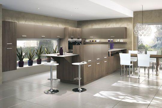 Ton chaud pour cette cuisine ouverte contemporaine - La cuisine ouverte se fait belle - CôtéMaison.fr