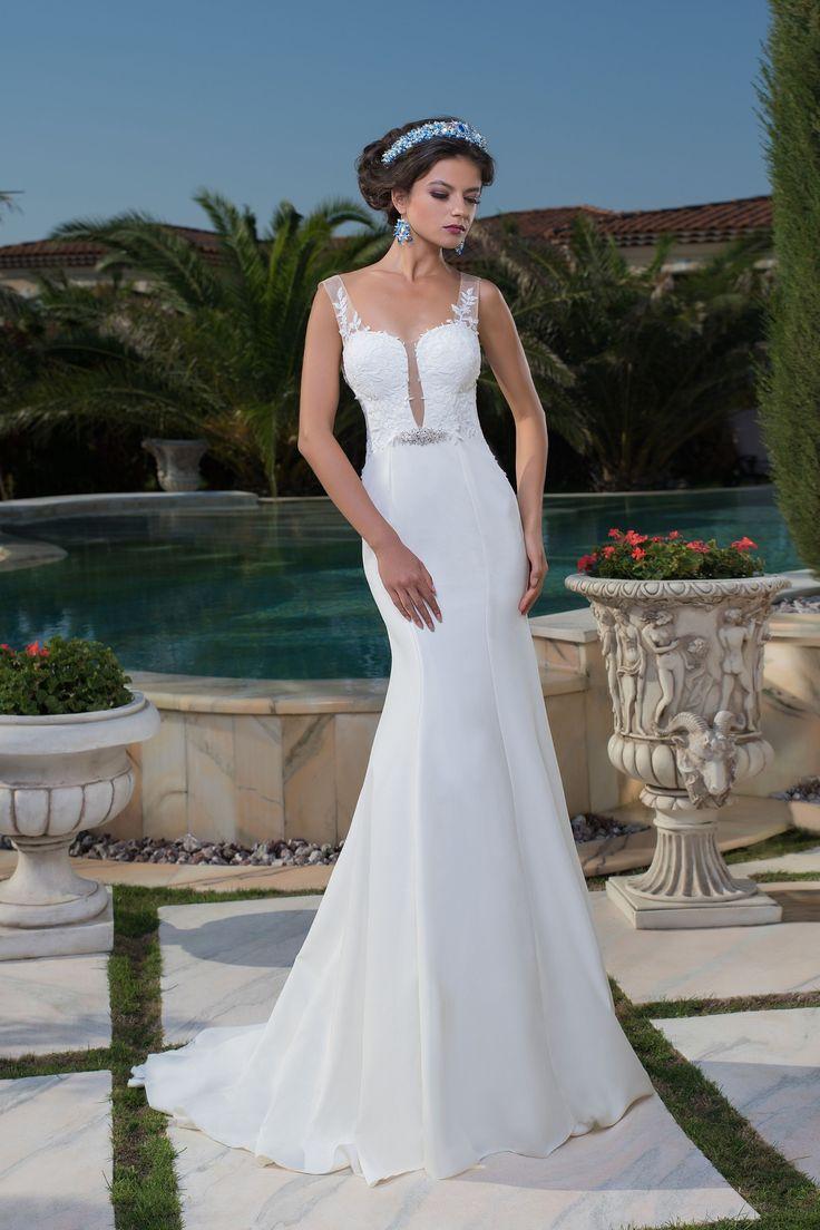 Krásne priliehavé svadobné šaty s odhaleným chrbtom a hlbokým elegantným výstrihom