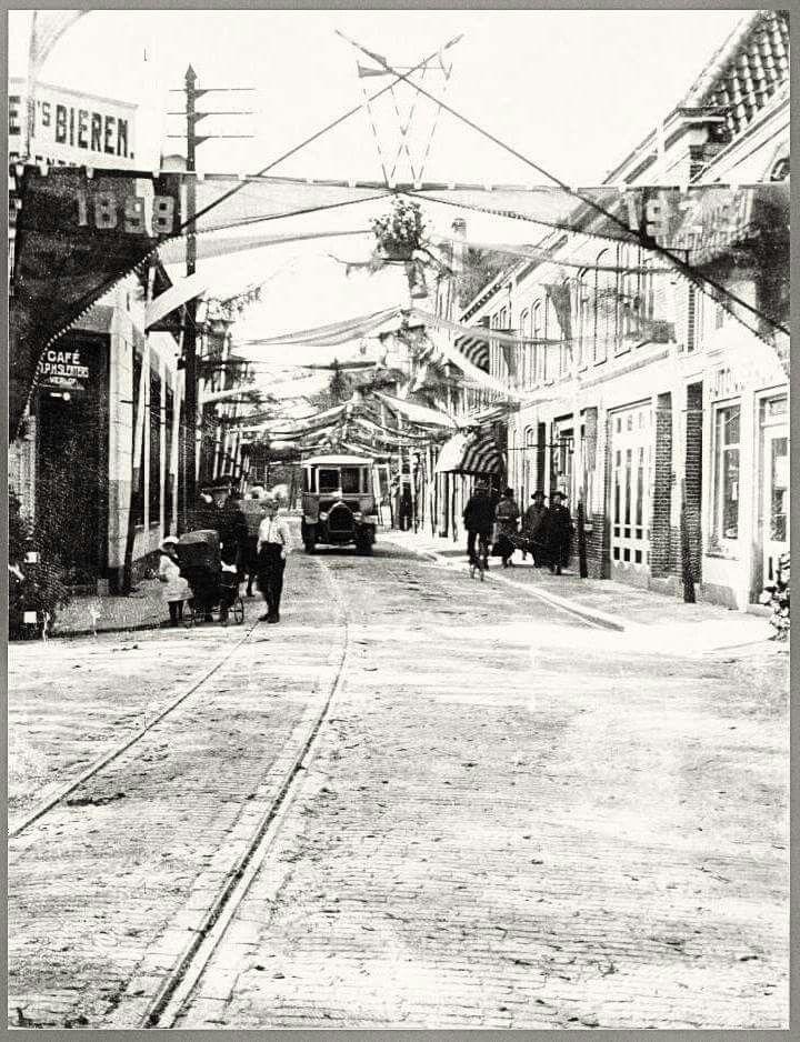 Alkmaar, Scharloo met de Bergerbus en oude tramrails. Aan het spandoek te zien foto uit 1923. 25 jarig jubileum van?