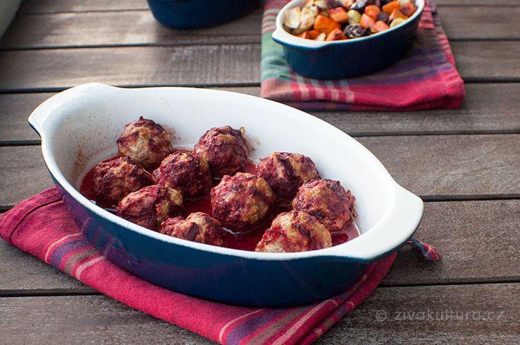 Recept na masové kuličky už u nás na blogu najdete. Tento je momentálně favoritem u nás doma. Můžete si je dáts mrkvovo-cuketovou kaší,květákovou kaší,pečenou zeleninounebo v podstatě i jen tak samotné ke svačině ať už doma nebo na cestách. Kuličky jsou dobré teplé i studené.  Potřebujete:  400-500 gramů mletého masa (v tomto receptu je použito vepřové) 1 větší červenou řepu sůl, pepř 1-2 lžíce tuku (sádlo nebo kachní tuk)  Mleté maso dejte do misky, osolte a opepřete.  Oloupejte…