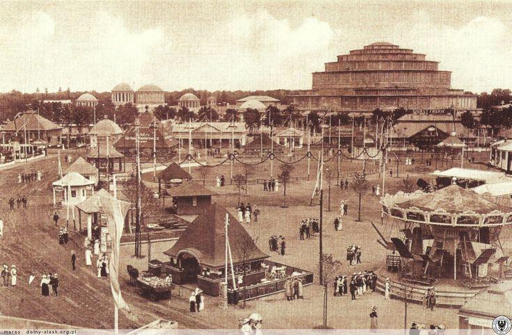 Year 1913, Wrocław (Breslau). Wesołe miasteczko przed Halą Stulecia w czasie odbywającej się Wystawy Stulecia. #wroclaw #breslau #halastulecia