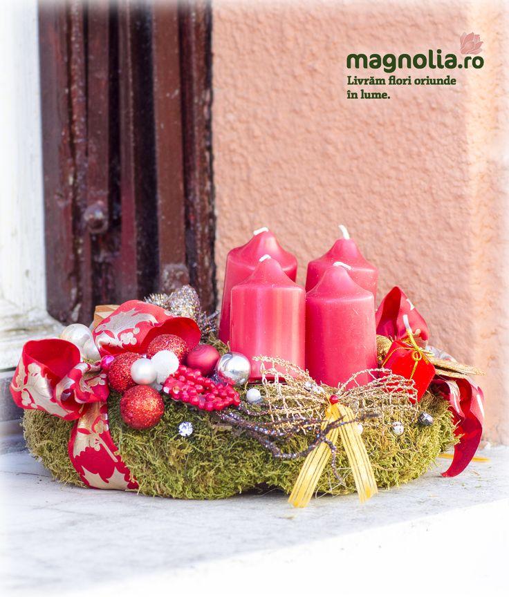 Moss Advent wreath with red accessories.  Coronita de Advent din muschi cu accesorii roşii