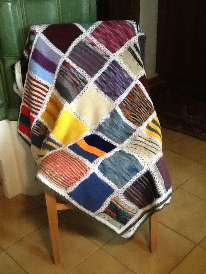 die bunten quadrate dieser patchwork decke wurden aus wollresten gestrickt und anschlie end. Black Bedroom Furniture Sets. Home Design Ideas