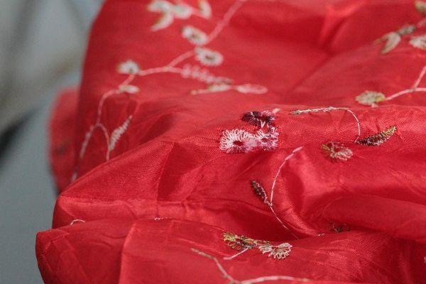 Ravissant foulard rouge pour homme et femme pas cher, un bel accessoire fashion tendance à tout petit prix pour un look mode, chic et original.