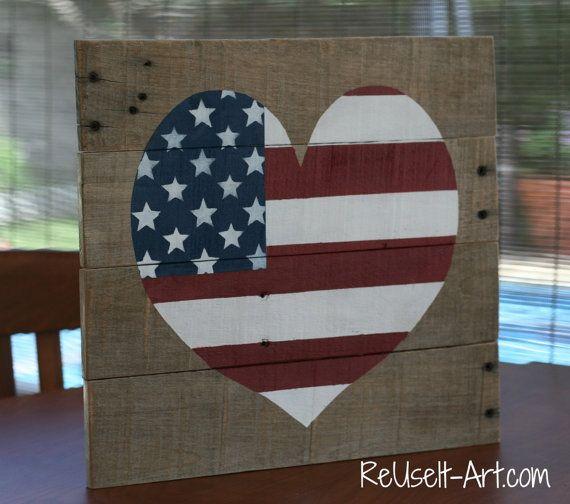 Muestra de madera de corazón con diseño de bandera por ReUseItArt