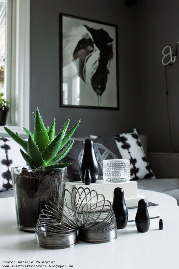 på soffbordet, soffbord, vitt bord, stålfjäder leksak, babuschka, ryska dockor, svart, kaktus, kaktusar, iittala, ljuslykta,