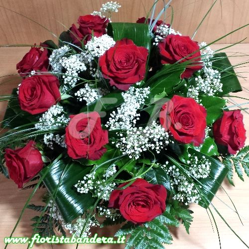 Cesto basso con rose rosse gypsophila e verdi di complemento