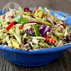 Romige avocado, hennepzaadjes en verse koriander geven een heerlijke draai aan koolsla met rode paprika en rode ui. En er zit geen mayonaise in!