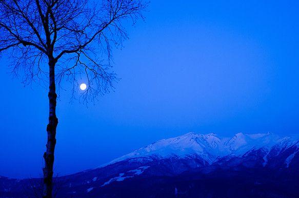 「木曽御嶽山の夜明けを撮りに行った。月と御岳を撮りたかったので、あらかじめ沈む方角を確認して撮影地を決定。白々と夜が明けてくる頃。満月が残雪を明るく照らす。こ...|ハンドメイド、手作り、手仕事品の通販・販売・購入ならCreema。