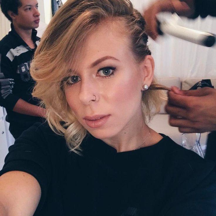 showing off this perfect hair and make up that my friends Gaya and Fellipe done for me  feeling gorgeous!  | fazendo carão só pra exibir essa make by @chloe_gaya e hair by @fellipe_fas porque ficou perfeita mesmo  tô toda me achando!  bjssss  #selfie #makeup #makeupart #hairstyles #braids #lagertha #vikingstyle #swedishgirl #blonde #bloggerstyle #blogger