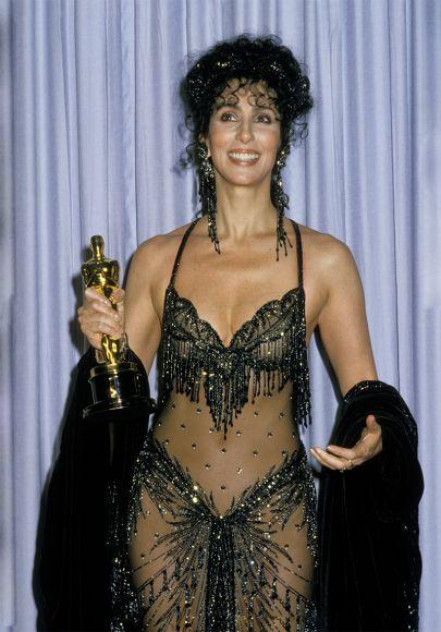 Актриса и певица Шер с начала своей карьеры тесно сотрудничала с дизайнером Бобом Маки, который виртуозно умел одевать, раздевая. Прозрачное шифоновое платье в стразах, которое она надела без белья на церемонию награждения премии Оскар в 1988 году, держалось на расшитом бюстгальтере — оно полностью сломало представление о нарядах для красной дорожки. © GETTY | JIM SMEAL | WIREIMAG