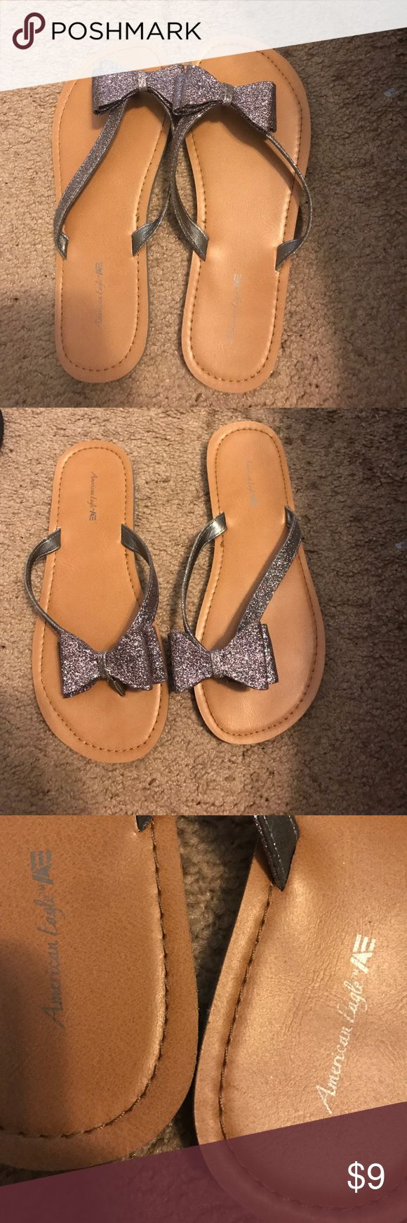 Cute bow metallic flip flops American eagle bow flip flops metallic color , cute bow detail , size 5 in women's or 3 in youth American Eagle by Payless Shoes Sandals
