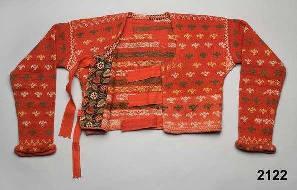 """Järvsö, Hälsingland. """"Röd tröja stickad 1824 fr Järfsö sn. V. Helsinglands fgd. Helsingland."""""""