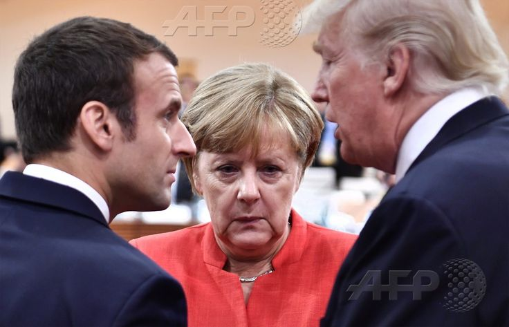 AFP 2 / ALLEMAGNE 7 juillet 2017 - Hambourg, Allemagne - (De gauche à droite) Le président français Emmanuel Macron, la chancelière allemande Angela Merkel et le président américain Donald Trump s'entretiennent au début de la première session de travail du G20. AFP / JOHN MACDOUGALL