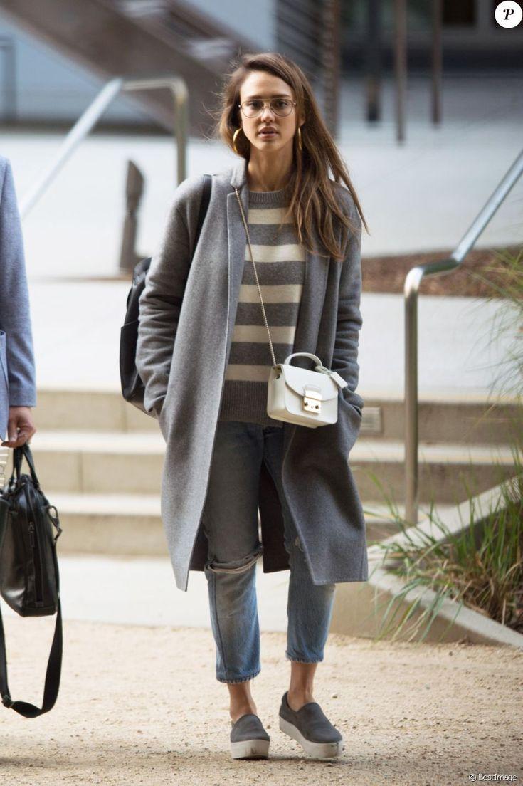 Exclusif - Jessica Alba fait du shopping à Los Angeles, le 19 mai 2017.