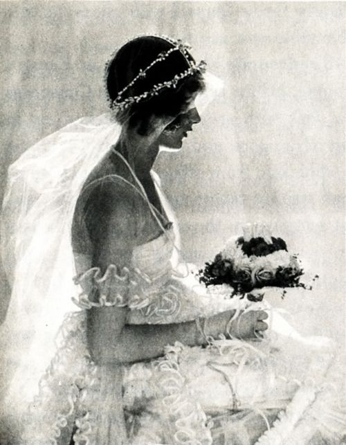 Natica Nast (daughter of Condé Nast), Vogue, 1920. Photo by Baron Adolph de Meyer (via:hollyhocksandtulips)