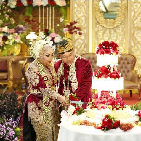 Personalisasikan pernikahan tradisional Anda sesuai keinginan Anda. Prosesi potong kue pengantin tentunya tidak ada dalam pernikahan tradisional atau adat di Indonesia, but why so serious? Wedding is about fun and festive! Make it as you wish!