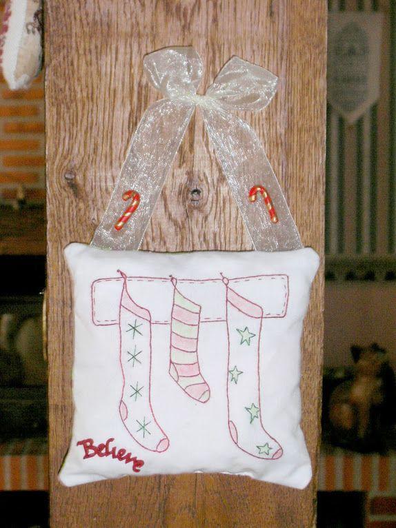 Chaussettes de Noël brodées en Redwork...
