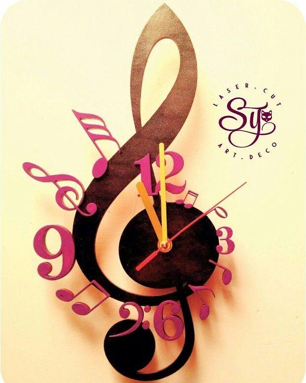Amamos la música y por esta razón nos inspira hacer relojes de pared tan únicos y geniales; hecho en madera y pintado a mano.  Sin duda alguna es una muy buena opción para regalar. #inspiración, #diseño, #decoración, #música, #notasmusicales, #reloj, #corteláser, #artesanías