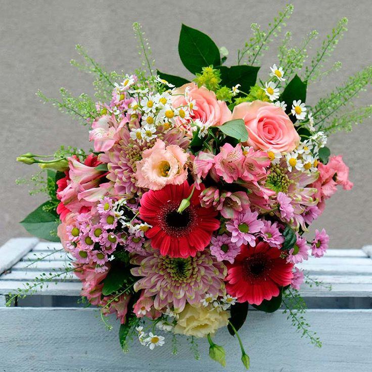 Sorprende a tus seres queridos con un envío a domicilio de un ramo primaveral y colorido compuesto por rosas, gerberas y una gran variedad de flores más.