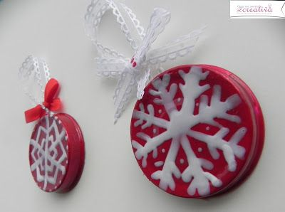 Oggi mi sento creativa: Decori per albero di Natale - riciclando tappi di ...