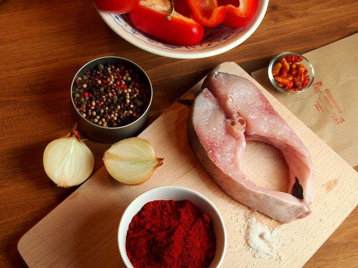 Halászlé - tradiční maďarská rybí polévka  https://kralovstvichuti.cz/rady-a-recepty/halaszle-madarska-rybi-polevka