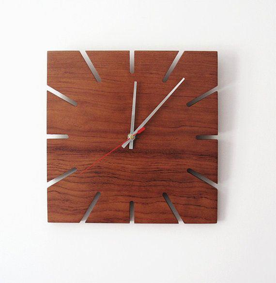 Relógio de parede em madeira.
