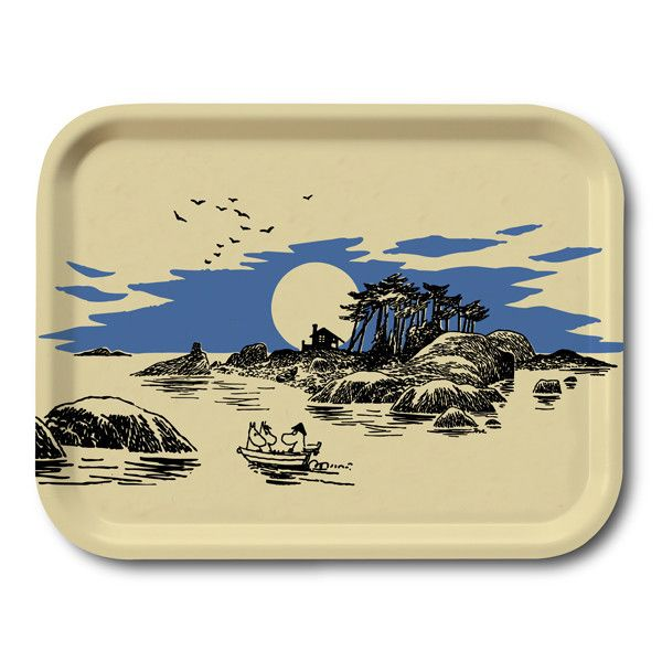 Beautiful motif of the Moominfamily at sea, with simple colors this tray is both classic and fresh. Handmade tray with a classic motif taken from Tove Jansson's original drawings. High quality wood, made in Sweden. Suitable for dishwasher.Kaunis