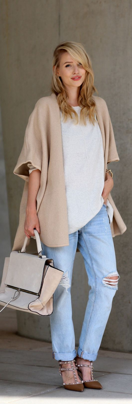 Leonie Sophie's combination of boyfriend jeans and an oversized sweater is definitely an outfit we love this fall!