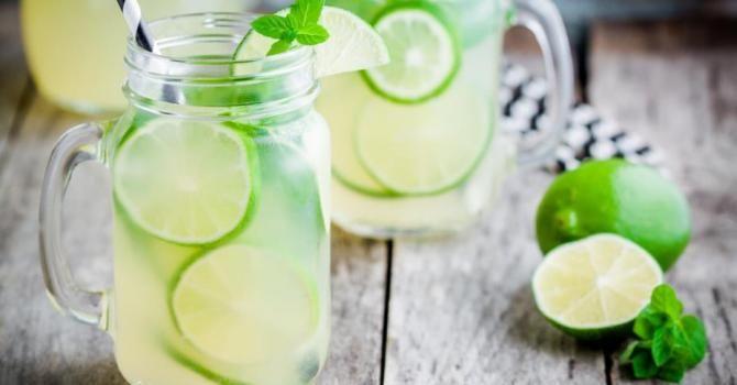 Recette de Citronnade au citron vert à moins de 50 calories. Facile et rapide à réaliser, goûteuse et diététique.