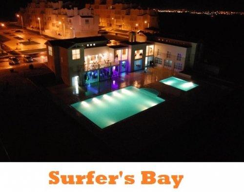 Surfer's Bay, Portogallo: Questo ostello si trova proprio sulla spiaggia e organizza per i suoi ospiti un'infinità di attività, dal surf allo yoga, passando per i massaggi. In soli 2 minuti si può raggiungere la splendida Baía de Peniche. Prezzi da 22,00€