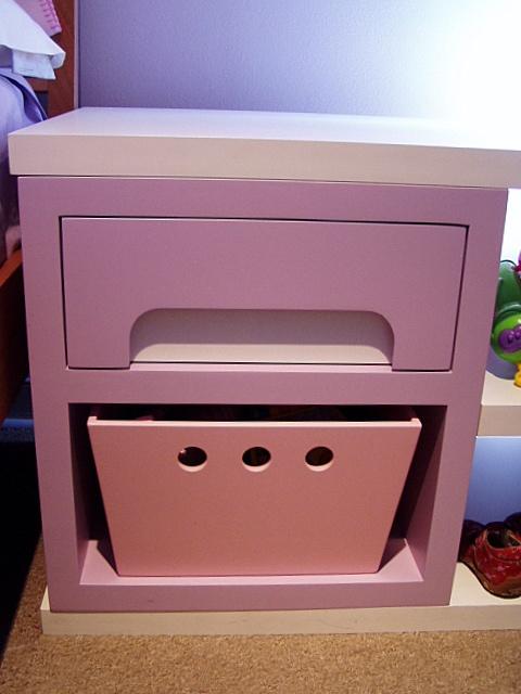 Mueble lacado con caja para guardado de juguetes y cajonera con riel telescopico.