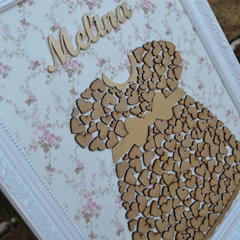 Enfeite de Porta 45 x 55cm com vestido confeccionado com corações  baby Melina ✈USA #maternity #gestante #forbaby #babygirl #vestido #instababy #instakids #Mariabaunilha #mariabaunilhabebe #closet #Mariabaunilha #especial #quadroportamaternidade #enfeiteportamaternidade #quadrodevestido