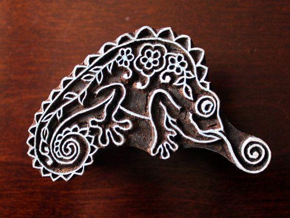 Sellos de madera a mano India están una combinación única de arte, habilidad y funcionalidad!  Esta hermosa madera características de la estampilla un camaleón estilizado, mano tallada en un bloque de madera por los artesanos en la India y personalizada diseñada por mí. Los sellos han sido aceite de tratados (pls. Lea el siguiente proceso) y muy resistente. El sello es de 3,6 pulgadas (91 mm) 2,25 pulgadas (57 mm) y 1,5 pulgadas (38 mm) de espesor.  Debido a la naturaleza artesanal de los…