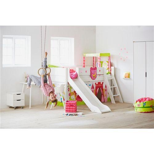 De Flexa White Halfhoogslaper met Glijbaan wil ieder kind wel in zijn of haar slaapkamer. Snel naar boven klimmen op de veilige trap, slapen achter de uitvalbescherming en iedere dag uit bed glijden van je eigen glijbaan.