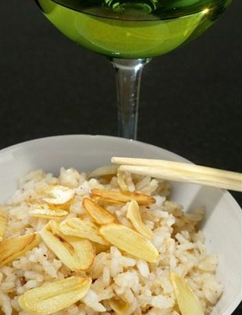 Рис с мускатным орехом, корицей и чесночными чипсами