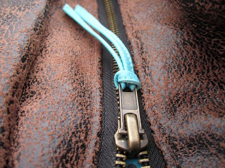 La languette de fermeture éclair est tout simplement une languette accrochée à la tirette d'une fermeture Éclair et qui permet de l'ouvrir plus facilement. Vraiment, je vous assure, ce petit détail rend l'ouverture des sacs 10 fois plus facile. […] Aussi sur le blogôtin ~ Also on the Blogôtin :{Tuto} Ajouter une poche zippée à …