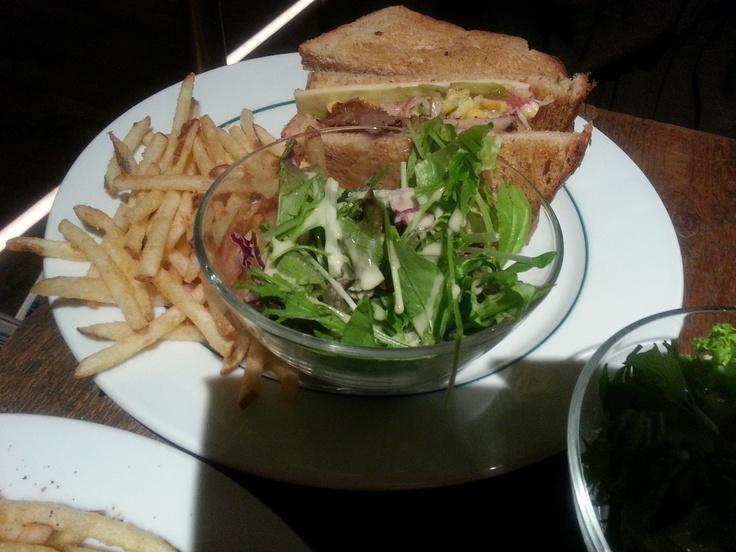 ペッパーチキンとコールスローのサンドウィッチ ¥1,050 (Sandwich in Pepper Chicken and Coleslaw) [小エビマリネ、ミックスビーンズ、ピクルス、ミックスグリーンリーフ]