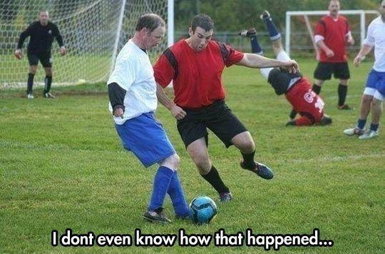 Obrońca w trakcie meczu wylądował na głowie bez niczyjej pomocy • Jak to się stało? • Śmieszne obrazki w piłce nożnej • Zobacz >> #funny #meme #memes #memy #football #soccer #sports #sport #pilkanozna #futbol