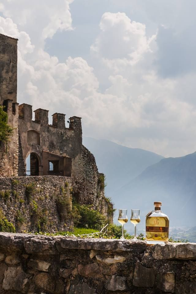 """CASTEL NOARNA (Nogaredo)  e GIARE Grappa Affinata...  Qui si svolse un noto processo alle streghe. Distilleria Marzadro ha dedicato le Grappe GIARE in memoria degli eventi accaduti in località """"Giare"""" che nel 1646 segnarono profondamente la comunità di Nogaredo."""