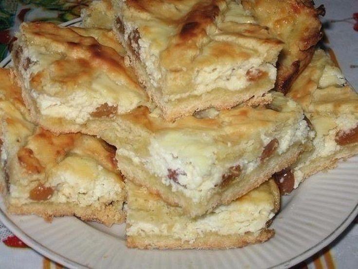 INGREDIENTE: Pentru aluat: -200 g de unt moale; -350 g de făină cernută; -80 g de zahăr tos; -3 gălbenușuri de ou; -un praf de sare. Pentru umplutură: -500 g de brânză dulce de vaci; -3 albușuri de ou; -200 g de zahăr tos; -100 g de stafide (trebuie opărite); -o lingură de smântână; -un praf de vanilină sau zahăr vanilat. MOD DE PREPARARE: 1.Pregătiți aluatul: frecați untul moale cu zahărul și gălbenușurile de ou până la dizolvarea completă a zahărului. 2.Adăugați făina, sarea și frământați…