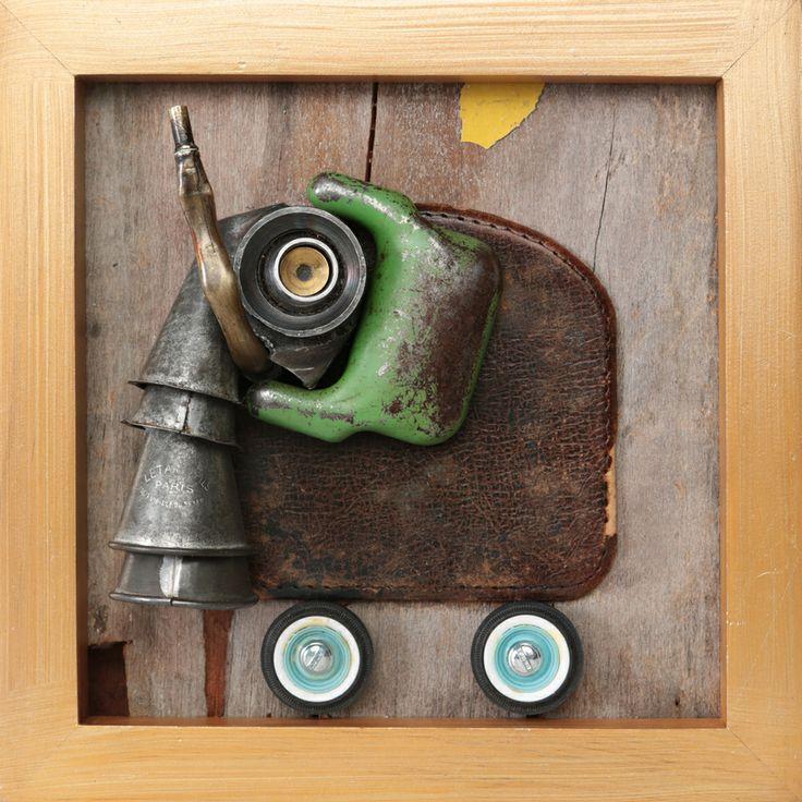 elephante_2012 ensamblaje madera de señalización de transito, ruedas de camioneta a escala, tapa de cuero, parte de perforadora, tubo de cobre de calefont, moldes de decoración metálicos.
