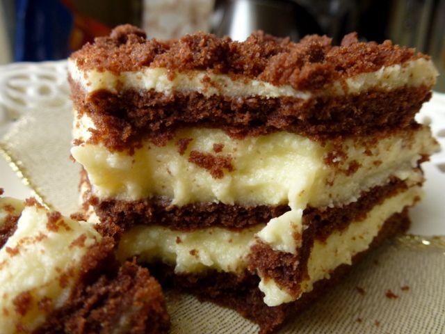 Sernik w czekoladowo-miodowym cieście  Ciasto: 3 szklanki mąki (szklanka o pojemności 250ml) 2 łyżki cukru pudru 2 łyżki (z górką) kakao 1 łyżeczka sody 2 jajka 125 g margaryny 3 – 4 łyżki śmietany (tłusta, gęsta śmietana) 3 łyżki miodu sztucznego Masa serowa: 1 kg sera…