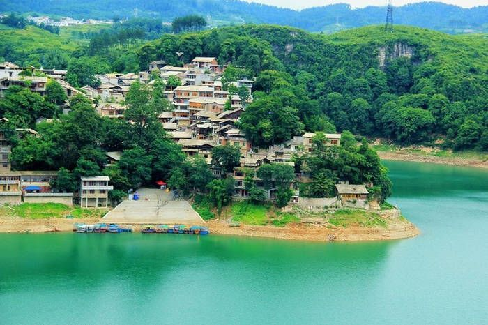 Этническая деревня Чжэньшань   Деревня Чжэньшань, история которой насчитывает более 400 лет, была построена в эпоху династии Мин. Она расположена на горе, с трех сторон окруженная реками. До наших дней практически неповрежденными дошли древний замок и бараки. Всего здесь проживает около 120 семей, три четверти которых составляют национальность буи, а остальные принадлежат национальности мяо.   Этническая деревня Чжэньшань - деревня камня, практически все здесь, начиная от дверных рам и дорог…