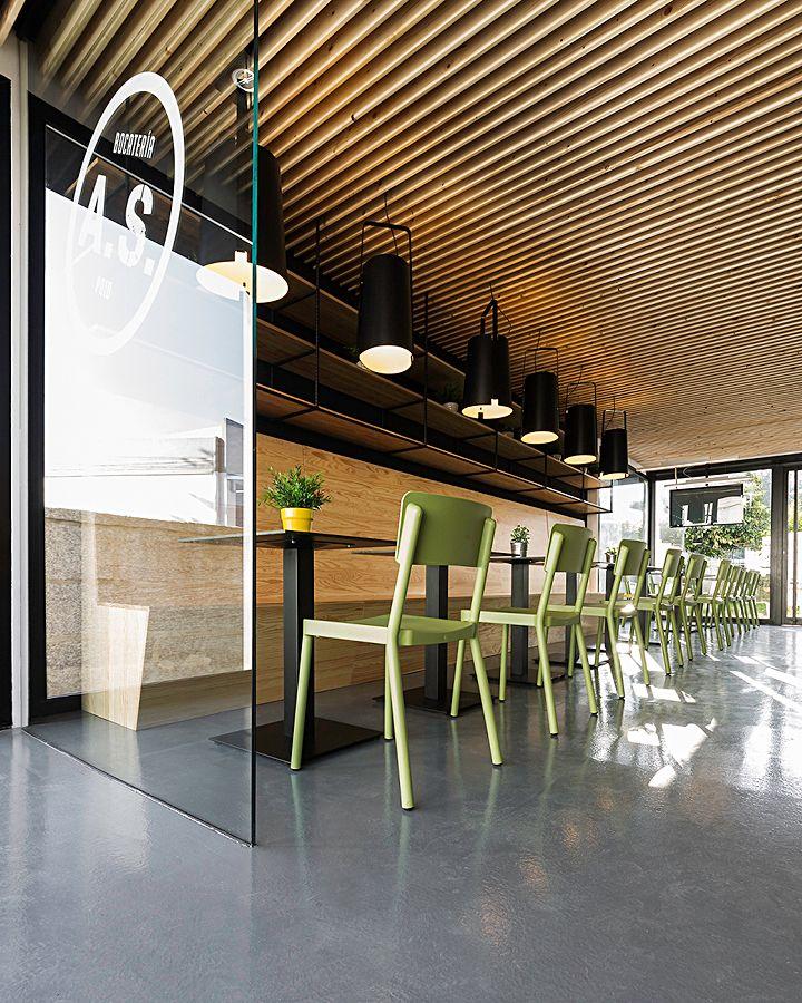 Подвесные лампы над столами кафе Sandwiches A Seca в Испании