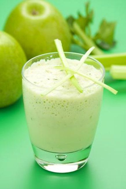 Licuado de manzana con apio para la hipertensión y ácido úrico
